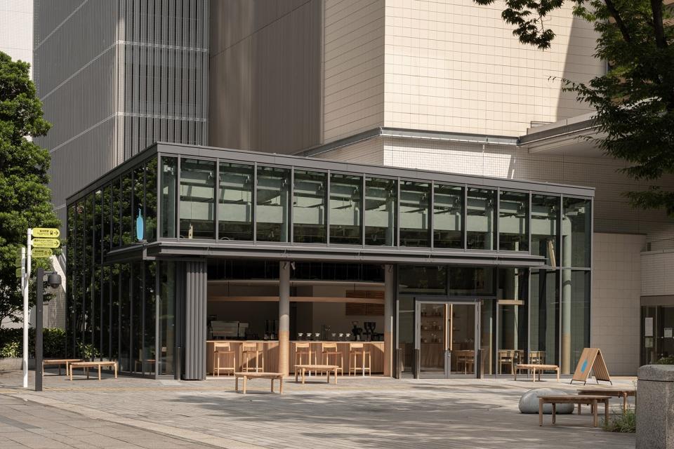 02-Blue-Bottle-Coffee-MinatoMirai-Cafe_Keiji-Ashizawa-Design-960x640.jpg