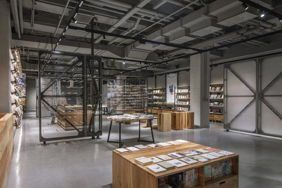 14-Mumokuteki-Concept-Bookstore_LUO-studio-960x640.jpg