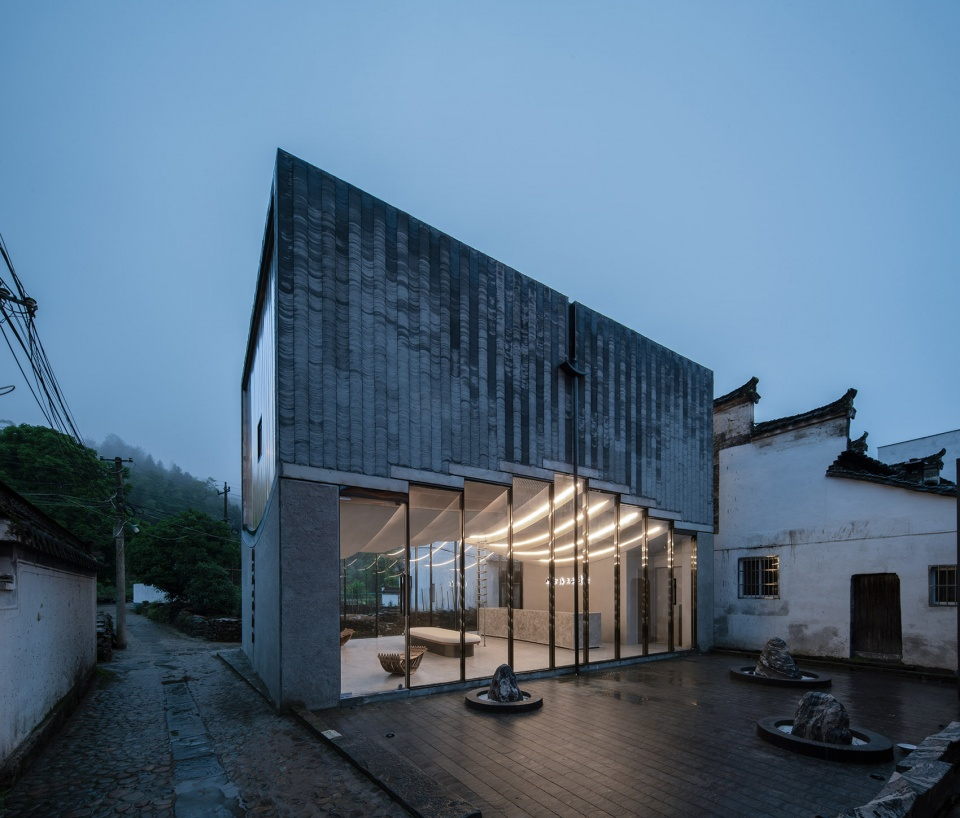 015-bridge-gallery-shanghai-joint-publishing-company-bookstore-at-taoyuan-huangshan-by-atelier-lai-960x818.jpg