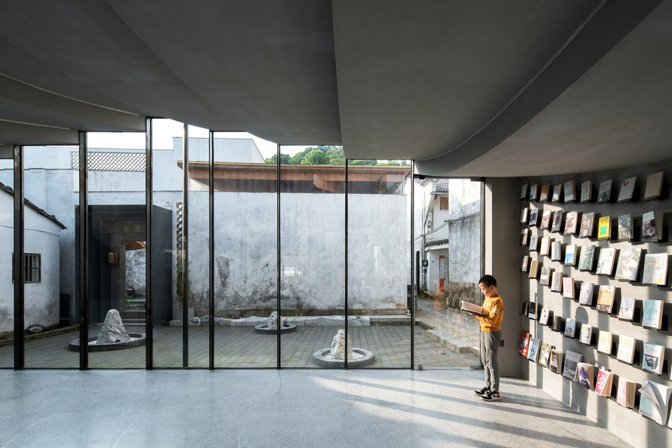 019-bridge-gallery-shanghai-joint-publishing-company-bookstore-at-taoyuan-huangshan-by-atelier-lai-960x640.jpg
